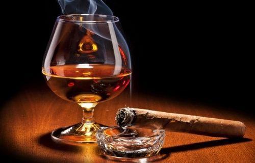 hút xì gà nên uống với rượu gì