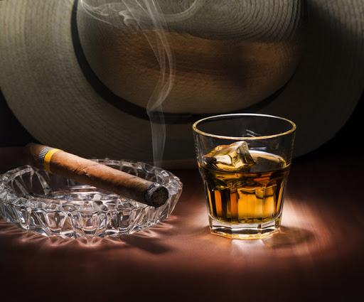 Hút xì gà nên uống với loại rượu gì? - Xì Gà Cuba Chính Hãng TpHcm